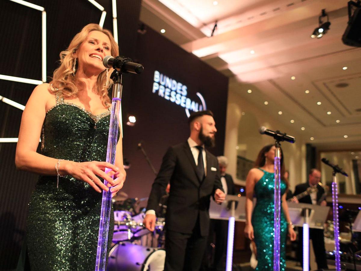 Sängerin Linda singt Pop-Musik und Rockmusik bei Galaband Noble Composition