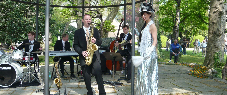 Saxophonist und Jazzband spielen auf Galas und Bällen