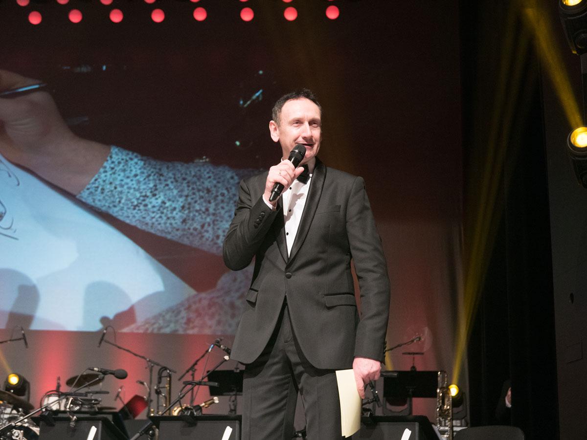 Moderator Markus Priester führt durch die Silvestergala im Kurhaus Baden-Baden